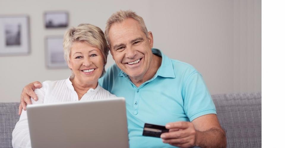 glckliches senioren-ehepaar kauft im internet